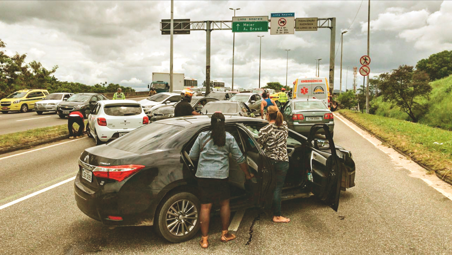 CIDADE DE DEUSEm uma operação que resultou em troca de tiros na quinta (1º) e fechamento da Linha Amarela pelo segundo dia consecutivo, a moradora Natacha Aparecida Cruz foi baleada quando ia à padaria, na localidade conhecida como Pantanal. Socorrida, recebeu alta no dia seguinte.