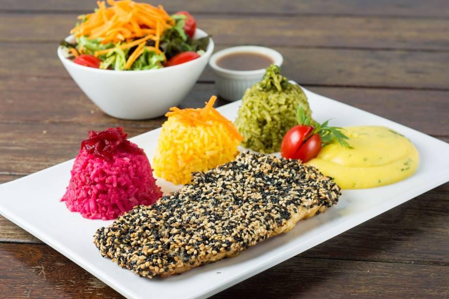 Peixe em crosta de gergelim, trio de arrozes (beterraba, brócolis e cenoura), purê de baroa e salada