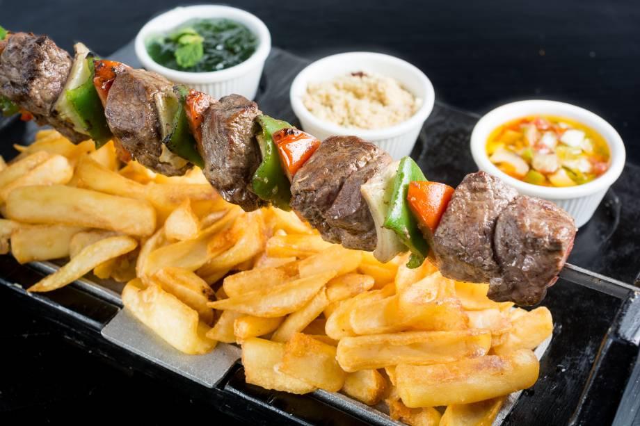 Espettão de baby beef e legumes defumados com batatas canoa, molho e farofa