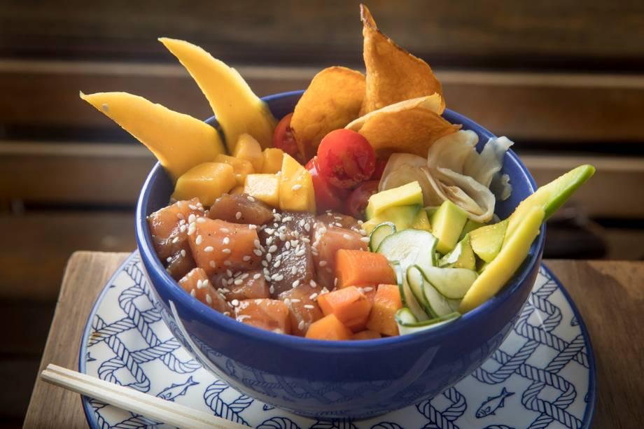 Poke de atum e salmão com abacate, cenoura, manga, pepino e tomate