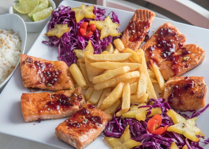 Salmão grelhado com molho de amora e limão, arroz de alho torrado, batata canoa e saladinha de tomate-cereja