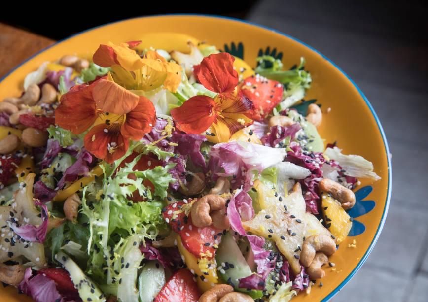 Salada aloha (mix de folhas frescas com frutas, pepino japonês, gergelim e castanha-de-caju com molho shoyu