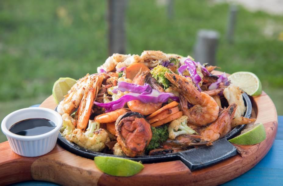 Tábua de frutos do mar na chapa com legumes tostados