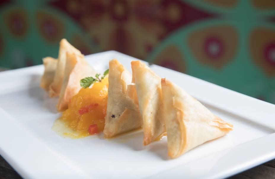 Samosa (pastel indiano recheado de carne de siri e servido com chutney de manga)