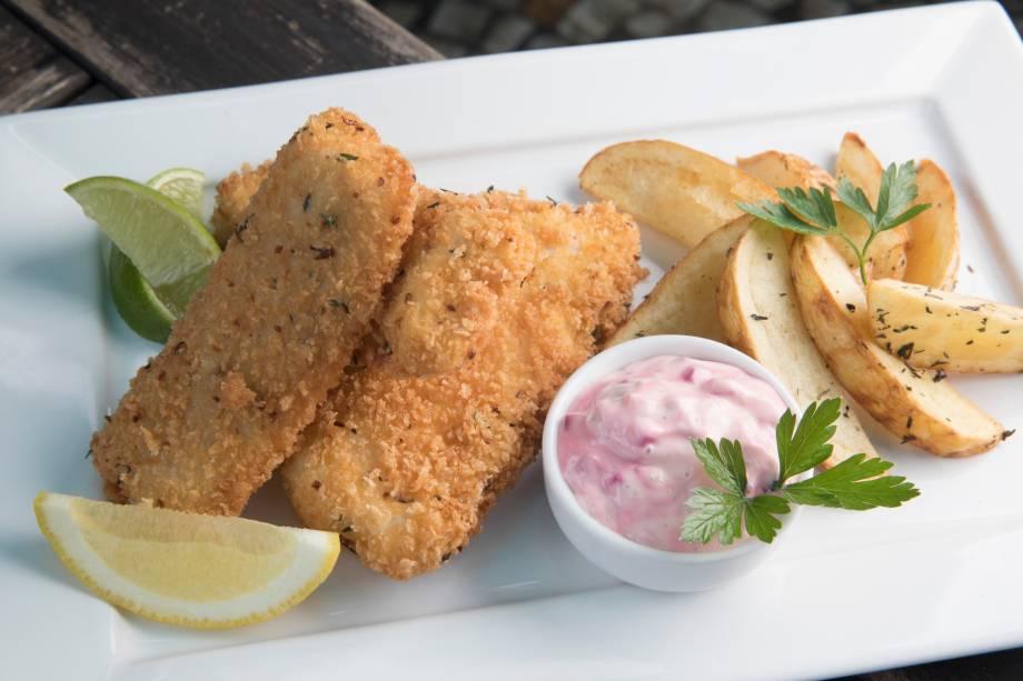 Carioca fish & fries: dourado empanado com batata rústica ao molho tártaro de beterraba