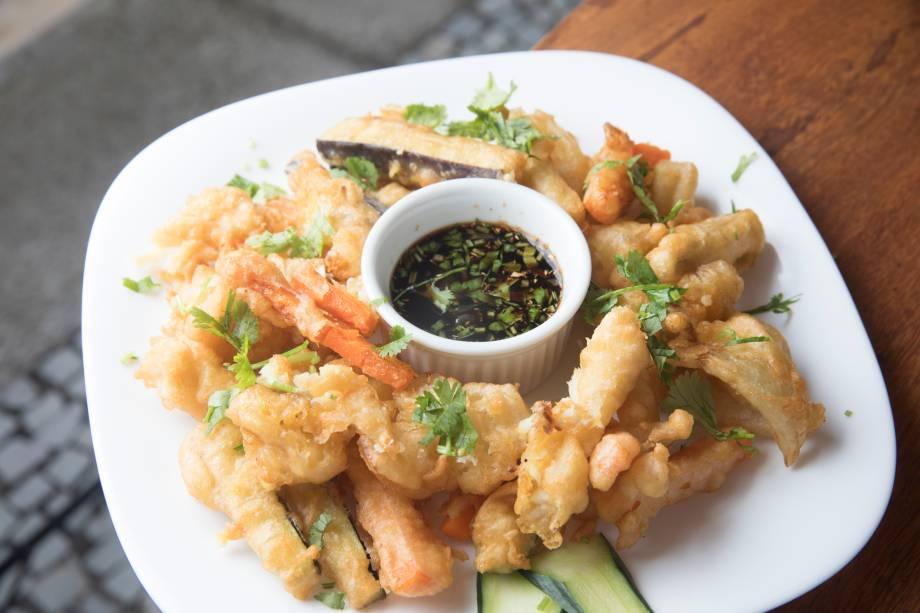 Tempurá mista de peixe e legumes com molho ponzu