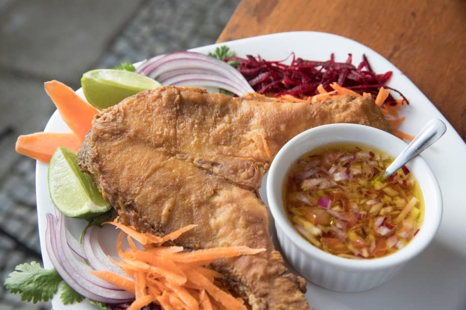Pescada maranhense  com molho vinagrete e salada