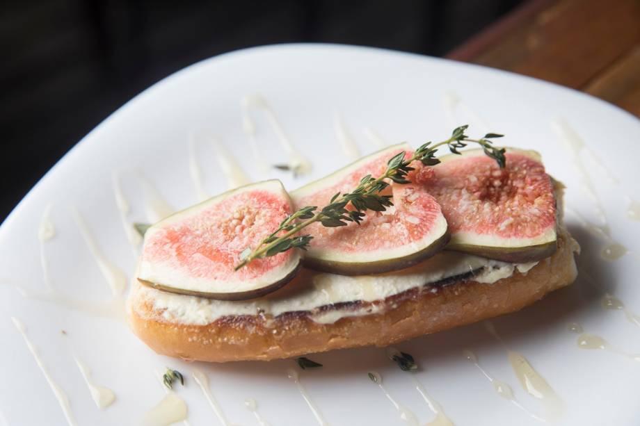Bruschetta de figo com queijo cremoso em fio de mel e tomilho