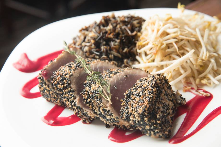 Atum em crosta de gergelim, molho de beterraba, salada quente de broto de feijão e arroz selvagem