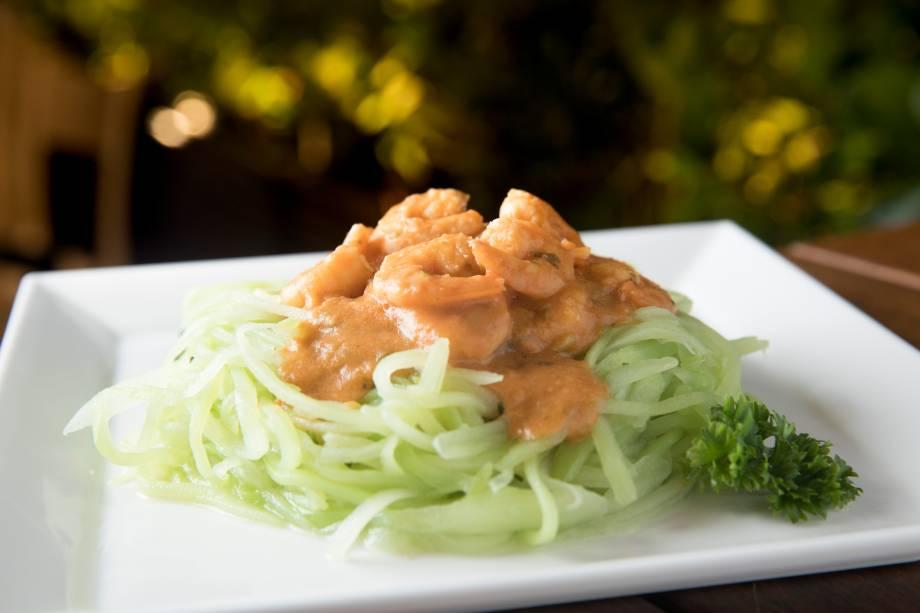 Espaguete de chuchu com molho de camarão