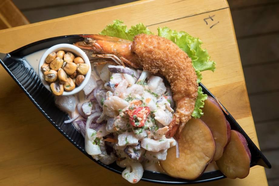 Ceviche de peixe e frutos do mar servido com camarão