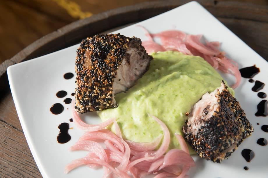 Atum grelhado com crosta de gergelim ao molho de gengibre, purê de batata com wassabi e picles de cebola-roxa