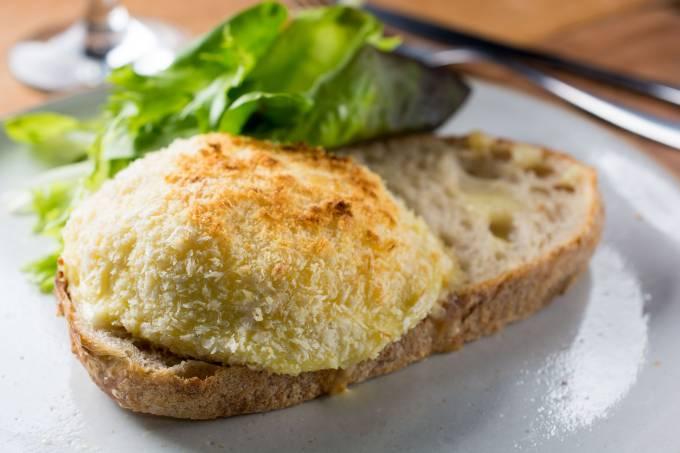 Lipe Borges; queijo empanado e pão sourdough