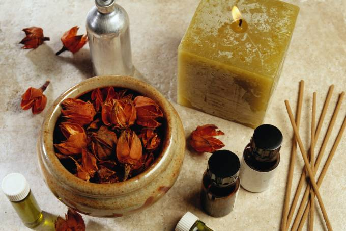 Vela, incensos, óleos aromáticos e flores secas.