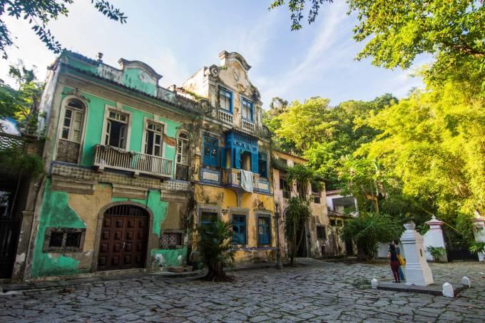 Dilapidated historic buildings – Largo of Boticario (Largo of Apothecary)