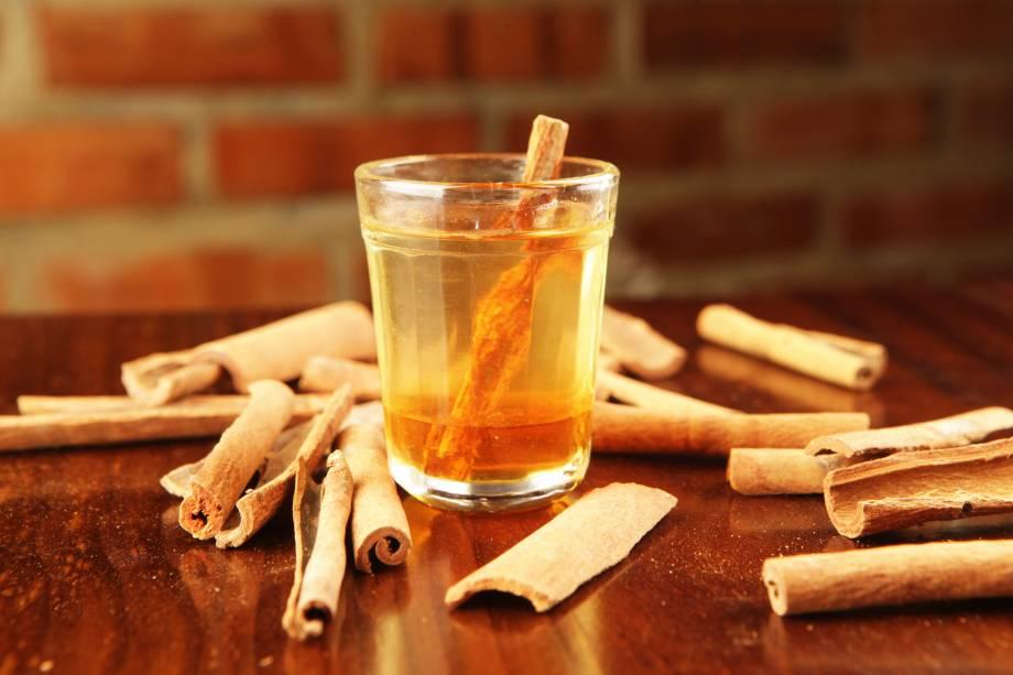 A cachaça mineira servida com mel de Teresópolis e pau de canela é imperdível