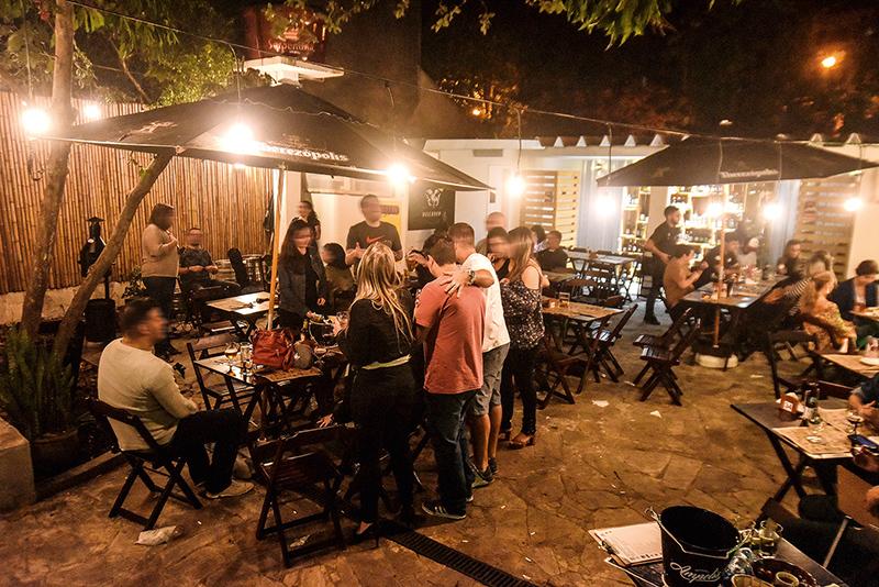 O lounge é o espaço mais disputado do bar