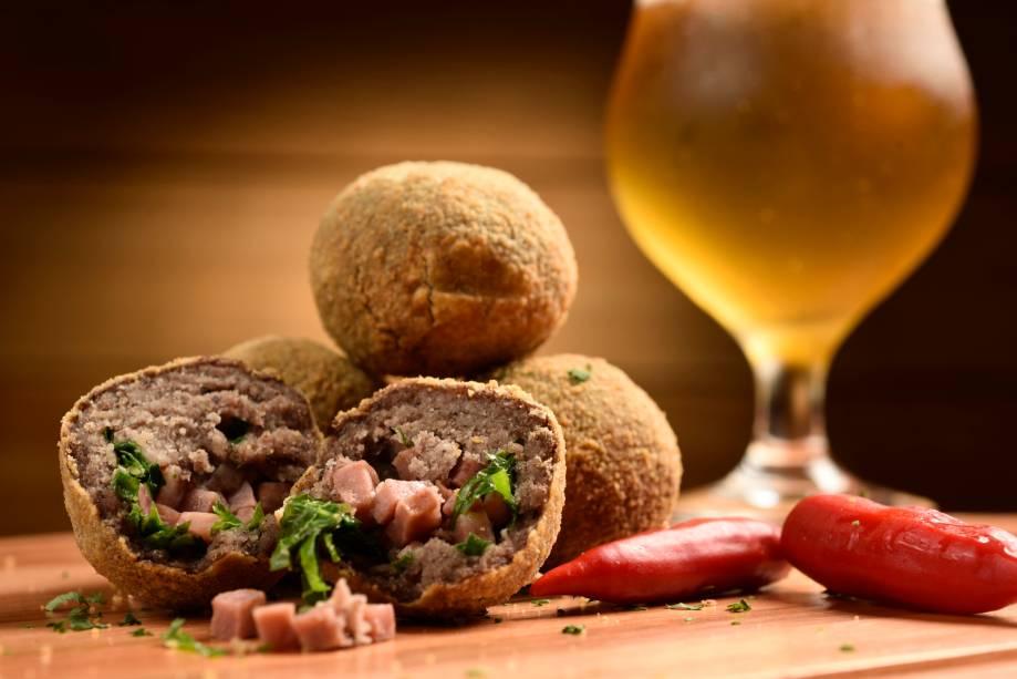 As cervejas artesanais fazem boa dupla com os bolinhos do menu