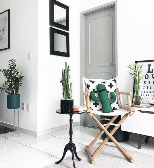 Apartamento 921, na Lapa e no Instagram (@apartamento921): a almofada de cacto ajuda a compor o ambiente