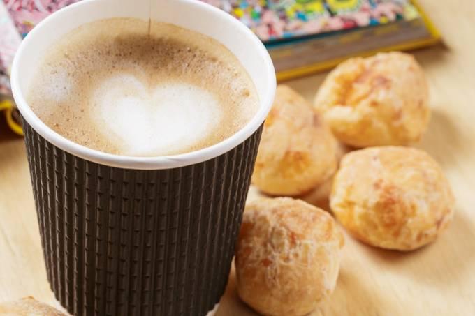 Com.Cafe; Capuccino e pao de queijo