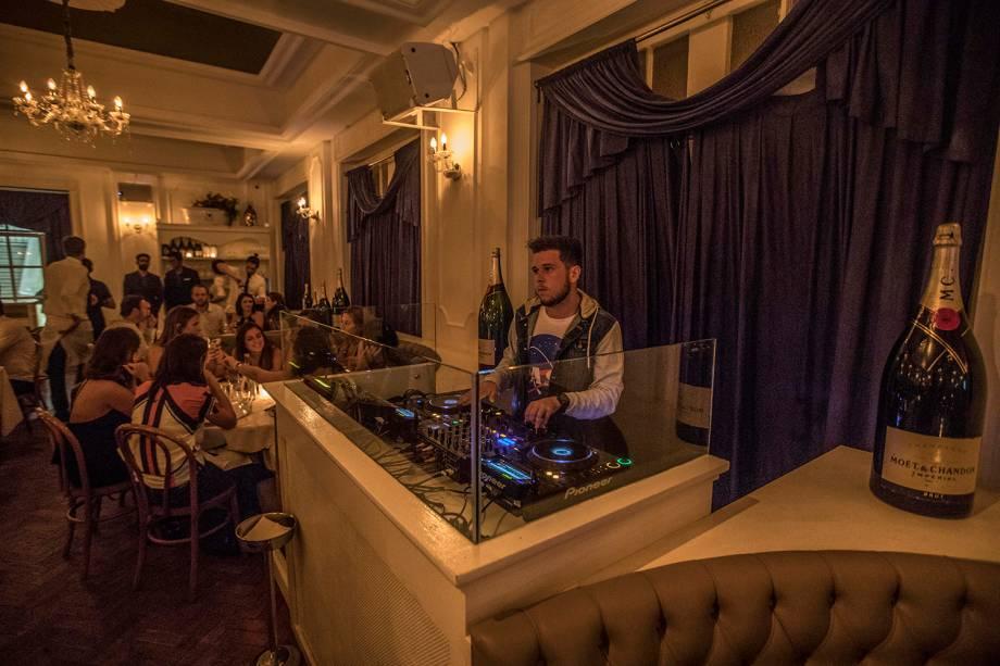 22h30: o DJ assume, e começa o esquenta
