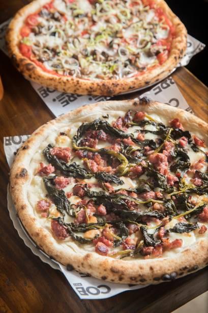 As pizzas de longa fermentação: friarelli (à frente) e cogumelo, opção vegana