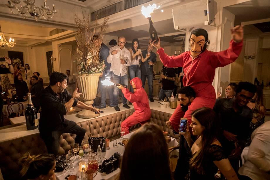0h: garçons fantasiados animam ainda mais a festa