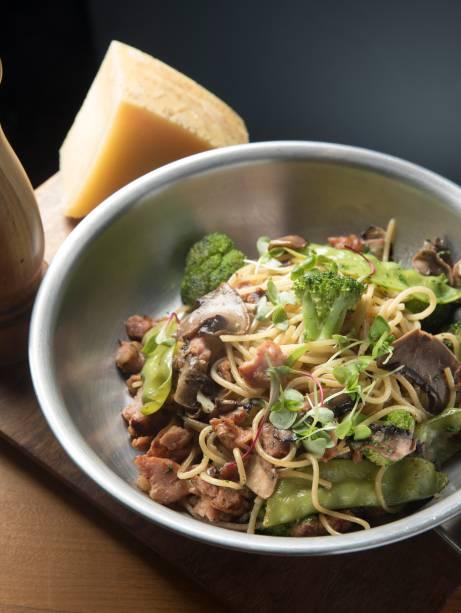 O espaguete Nolita reúne vegetais, cogumelos frescos, aliche e linguiça, puxados no alho