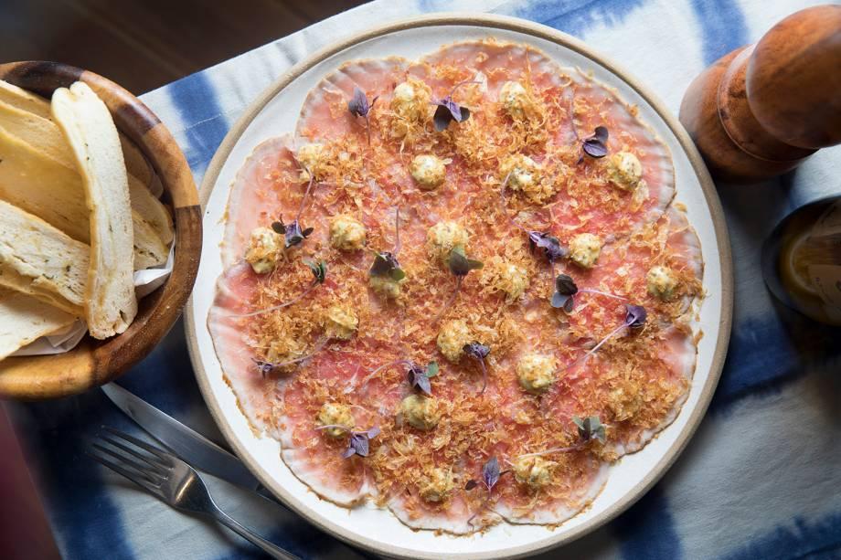 Carpáccio de rosbife ao molho de mostarda e cebola crocante
