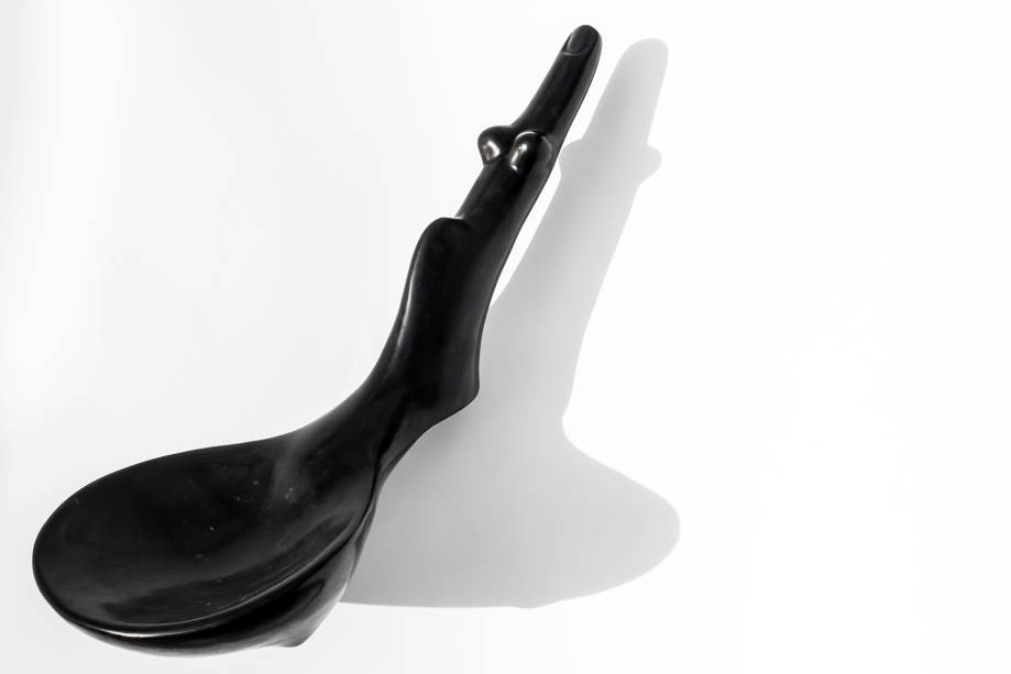 › Obra sem nome. A escultura da série Morfológicas tem inspiração surrealista evidenciada pela forma como mescla partes do corpo humano. Feita em 2014, foi um dos últimos trabalhos de Tunga.