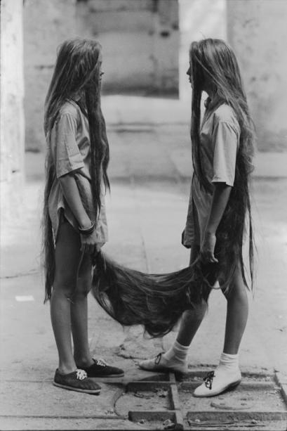 › Xifópagas Capilares. Fotografia da icônica performance de 1984, desenvolvida a partir de uma lenda concebida por Tunga: irmãs gêmeas, unidas pelo cabelo, são decapitadas porque não querem se separar. Reunidas na mostra, imagens da série revelam como a narrativa era base para suas criações.