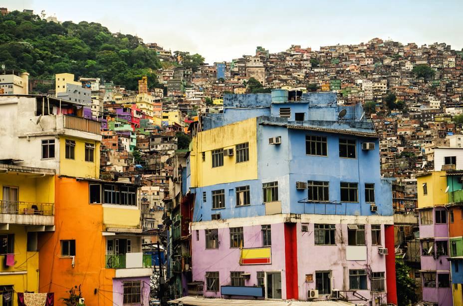"""Maquiagem da Rocinha:Depois de dizer que a imagem da favela estava """"feinha"""", investiu 1, 2 milhão de reais na cobertura de 150 fachadas de bege e cinza"""