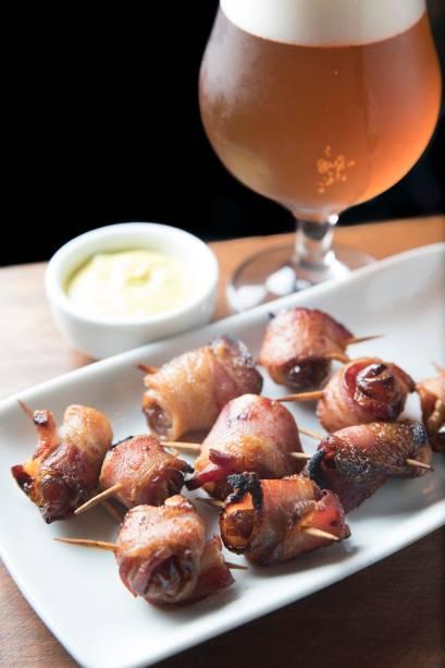 Especialidade, o rumaki reúne tâmaras e nozes enroladas em bacon