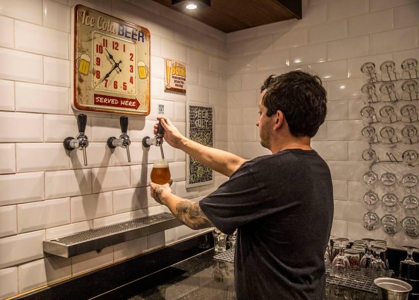 Chopes de fabricação artesanal são oferecidos em três torneiras fixas