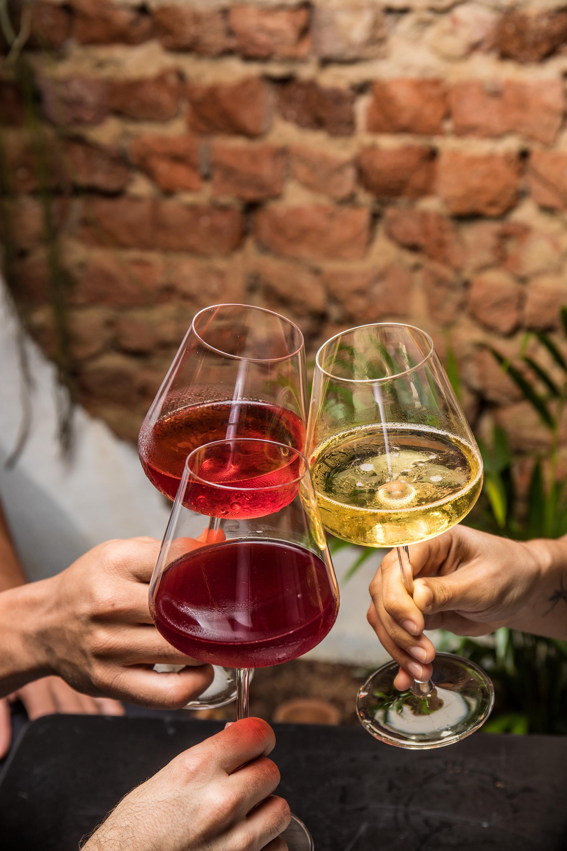 três taças de vinho