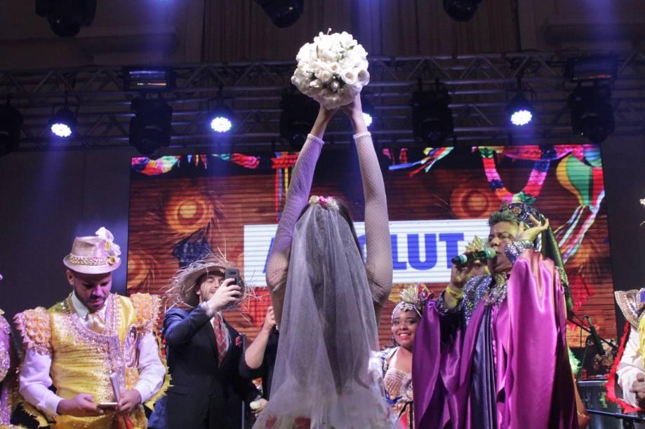 Camila Queiroz joga o buquê da noiva junina