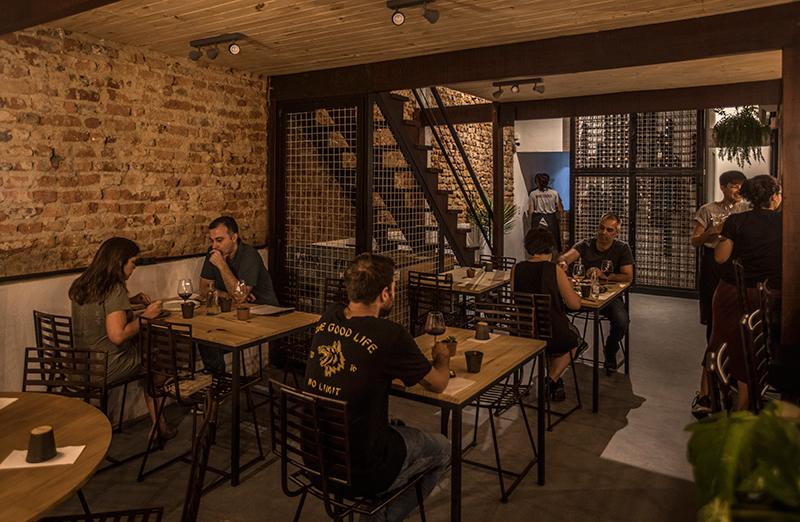 Cru Natural Wine Bar: charme rústico