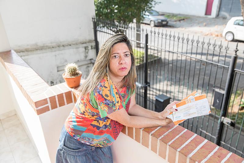 Daniele Telles na varanda de casa no Grajaú: discussão e constrangimento