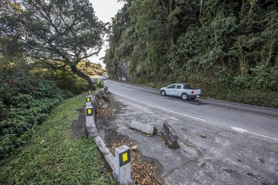 Subida (Km 84) - Além de serem poucos, os acostamentos não apresentam bom estado de conservação. Próximo do Mirante do Cristo, blocos de concreto abandonados dificultam a parada dos veículos.