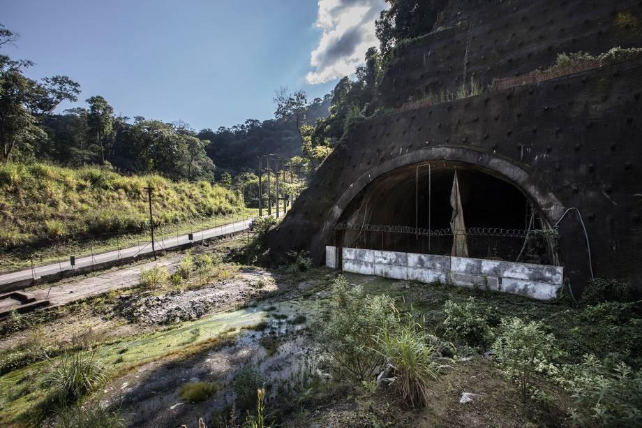 Descida (Km 92) - Buraco sem saída: o que seria o final do maior túnel do Rio de Janeiro, com 5 quilômetros de extensão, virou um pântano.