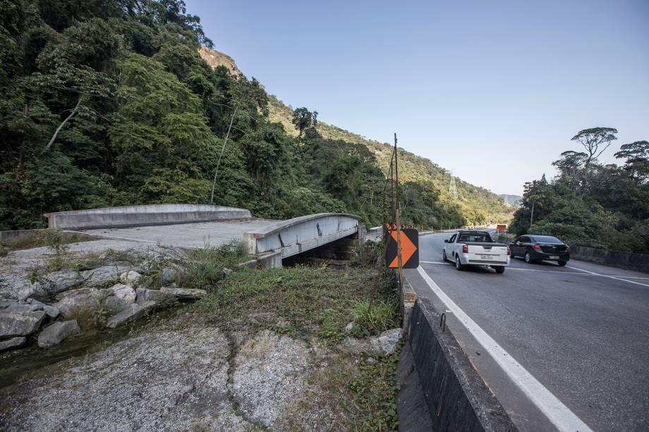 Descida (Km 92) - Trechos fechados da NSS se confundem com a via em diversos pontos da descida. Ao todo, foram gastos 500 milhões de reais em obras inacabadas.