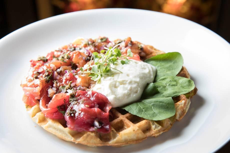 Waffle de Salmão ravlax, creme azedo, cebola-roxa, alcaparras, rúcula e redução de balsâmico (R$ 32,00)