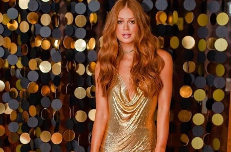 Marina Ruy Barbosa de vestido Versace vintage