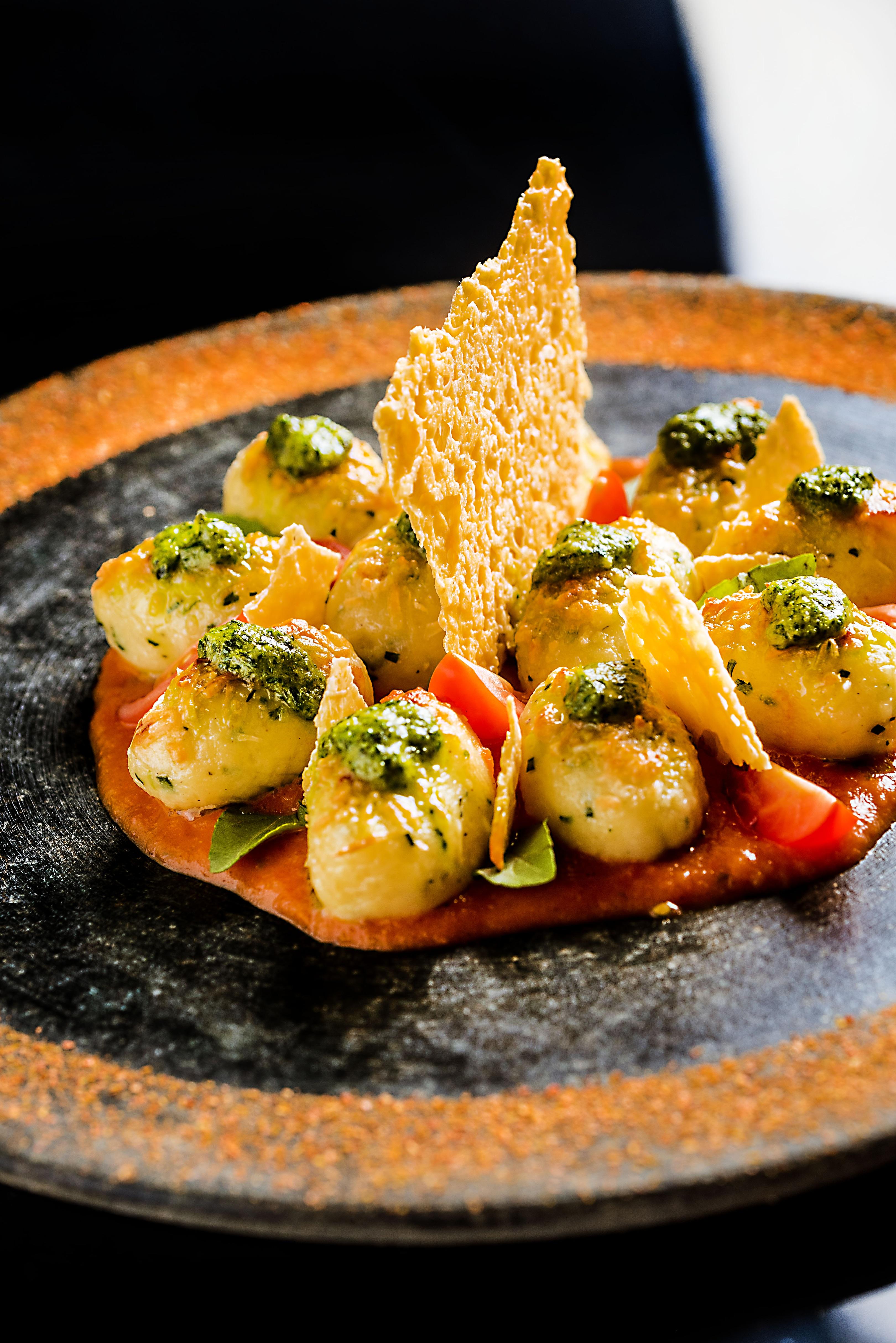 O nhoque de batata recheado de queijo da Serra da Canastra ao molho de tomate e pesto genovês (R$ 66,00) faz sucesso no Ino.