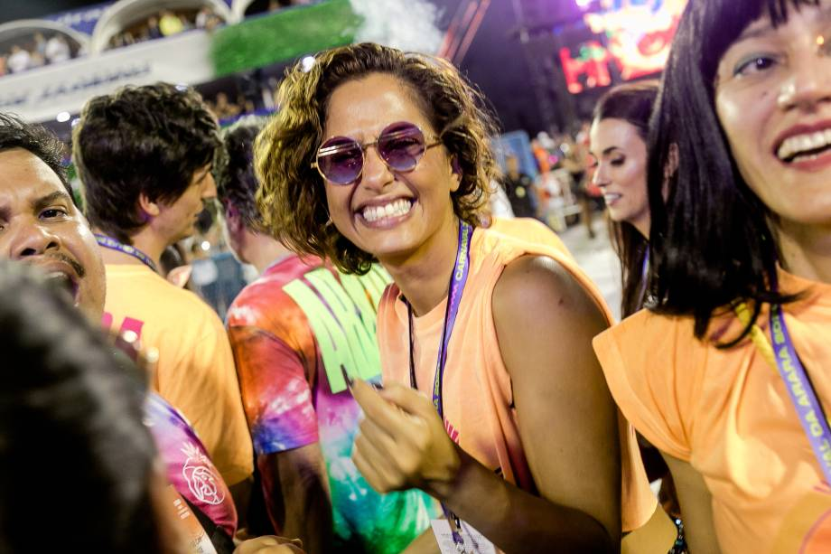 Camila Pitanga não desgrudou da grade: ao lado da namorada, Beatriz Coelho, e de amigos como a cineasta Marina Person, a atriz se esbaldou com os sambas-enredo