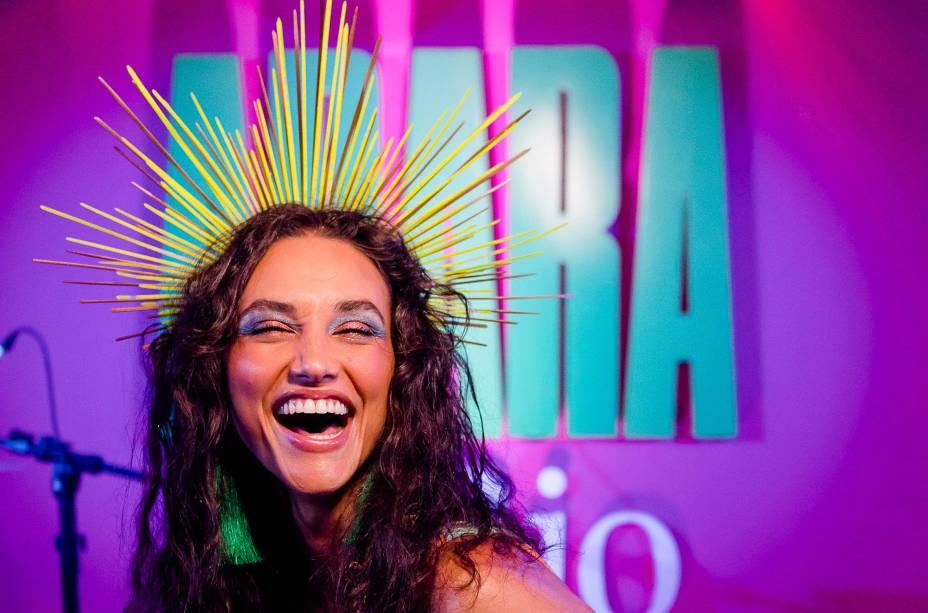 """A atriz Débora Nascimento esbanjou alegria e chamou atenção para o ânimo dos foliões nos três andares do camarote: """"Me diverti a noite toda"""", disse"""