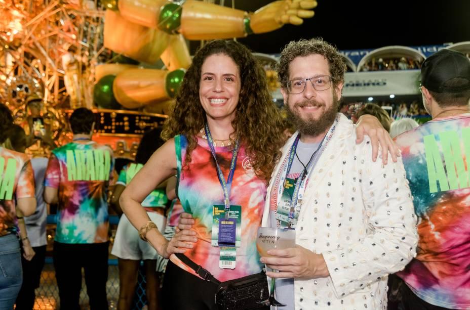 Marta e Fabio Carvalho, CEO da Editora Abril: embalo ao ritmo das escolas do Grupo Especial que cruzaram a Marquês de Sapucaí