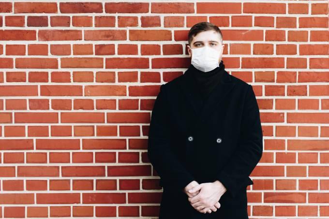 mascara coronavirus na rua