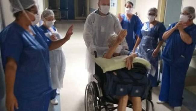 Idosa é aplaudida ao deixar hospital