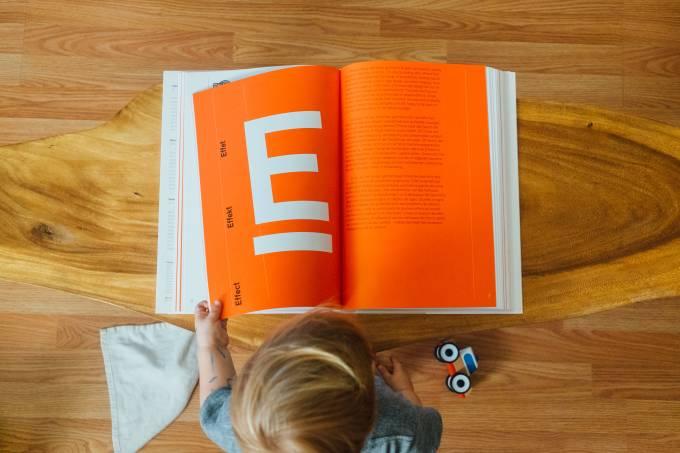 Criança livro leitura
